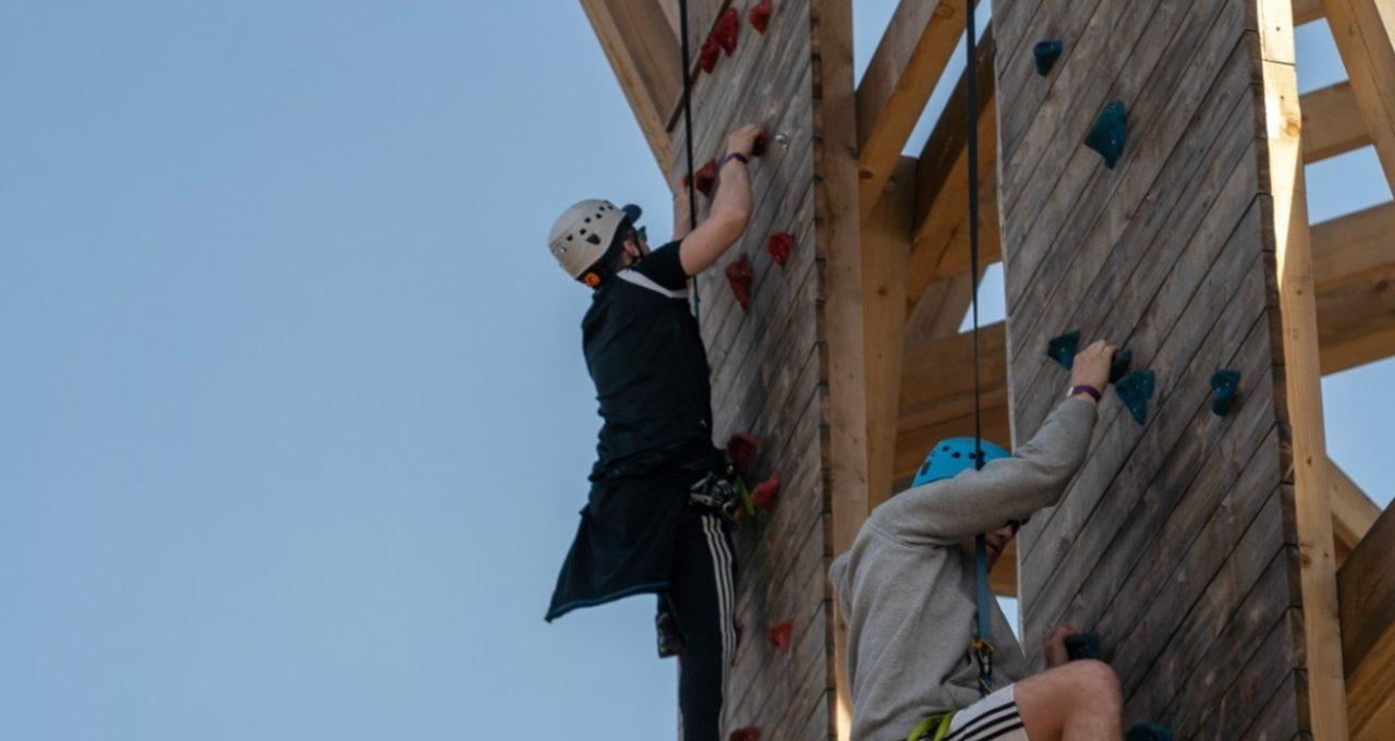 Konkurranse med venner eller familie på klatreveggene