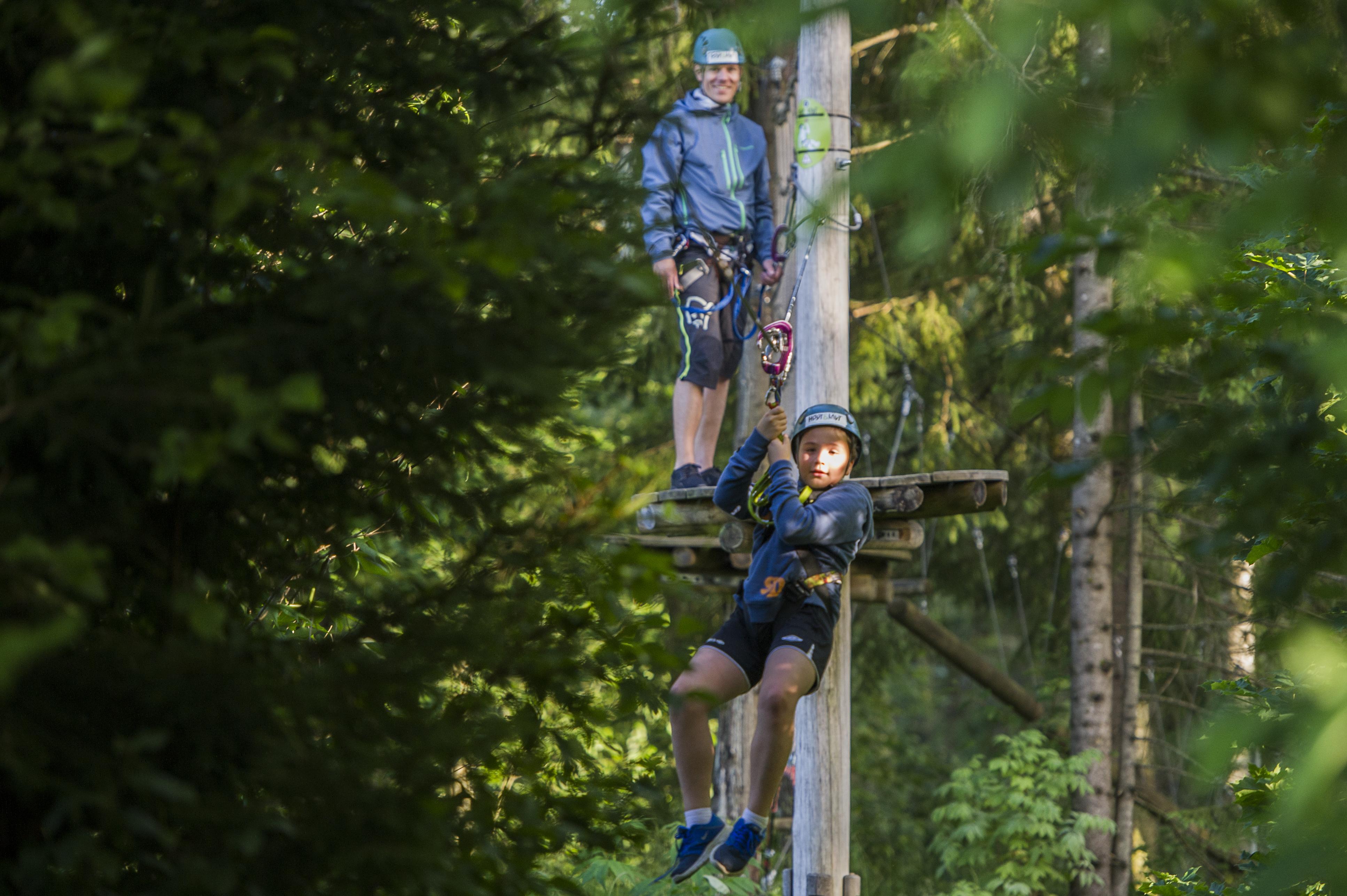 Familien koser seg i klatreparken